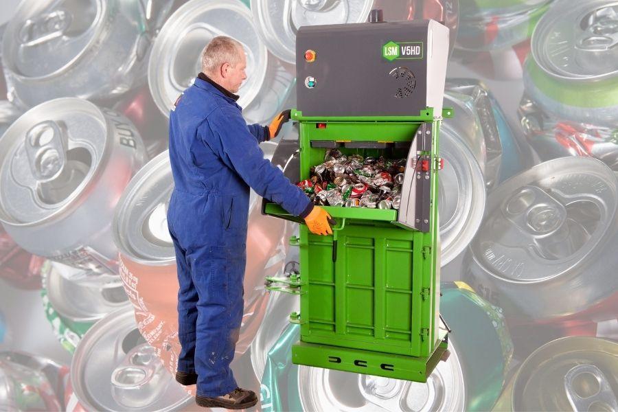 pressa lattine alluminio: operatore al lavoro