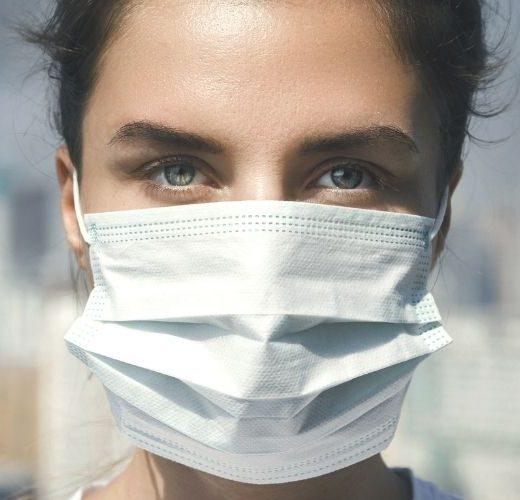 smaltimento dpi usati, donna con mascherina