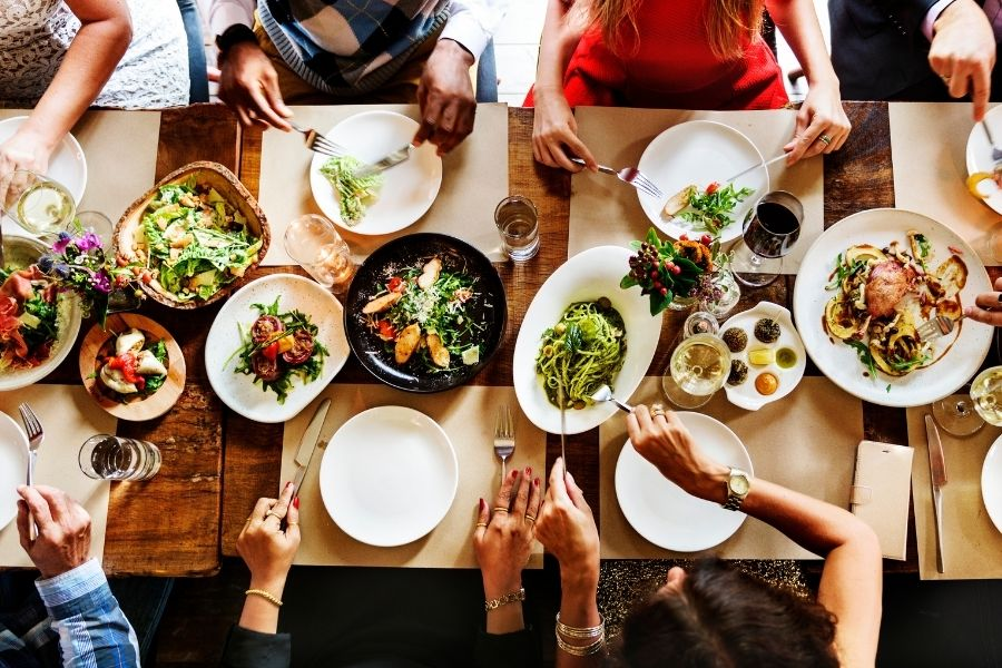 Riciclo alimentare: tavolata con cibo in abbondanza