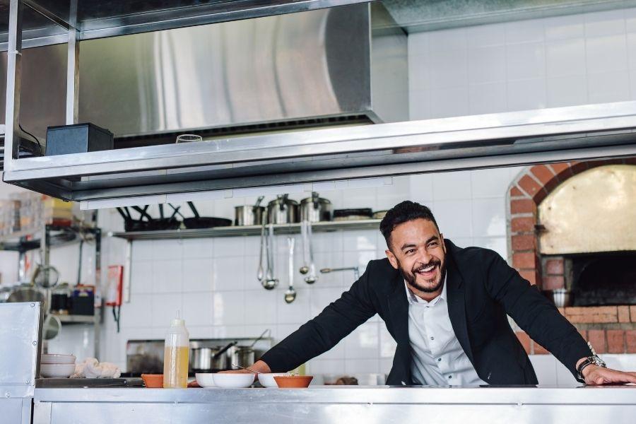 Soluzioni per la gestione del rifiuto umido organico nella ristorazione: ristoratore sorridente