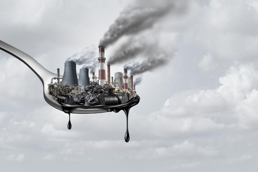 Le conseguenze del riciclo alimentare inefficace: immagine cucchiaio con rifiuti e discariche