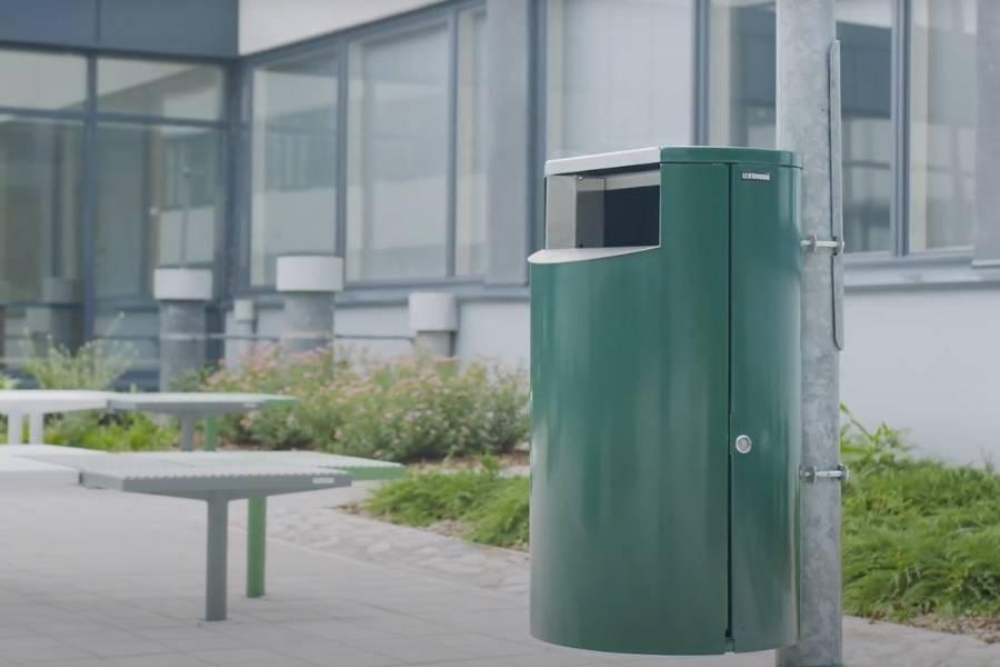 Cestino porta rifiuti da esterno da applicare su palo: nell'immagine un classico esempio di cestino in aree all'aperto